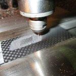 CFRP板材でCIDロゴ彫刻入りチャームの量産製作