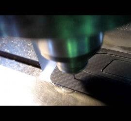 ヒロセ金型 【動画】CFRPプレートにCIDロゴ切削